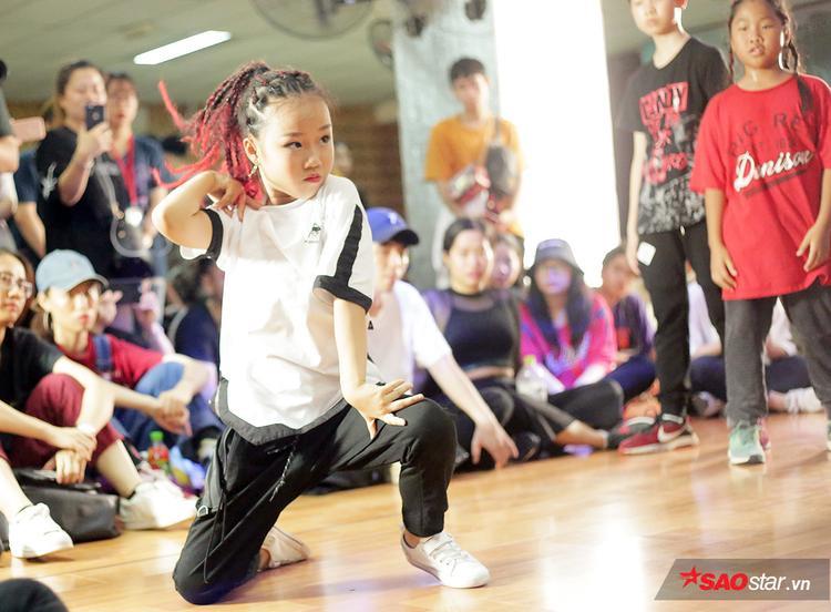 Du Thư Kỳ sinh năm 2008, cô bé hiện đang là học sinh của trường Wellspring. Thư Kỳ đến với bộ môn khiêu vũ từ khi mới 4 tuổi.