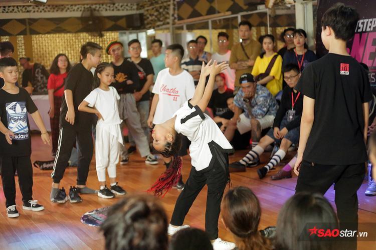 Các dancer nhí đã thu hút sự chú ý của toàn bộ khán giả với các bước nhảy đầy tự tin của mình