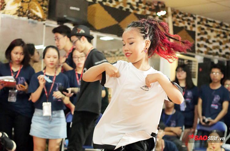 Sau 5 năm tập luyện dưới sự kèm cặp sát sao của cặp đôi vũ công nổi tiếng Viết Thành - Quỳnh Trang, Thư Kỳ ngày càng tiến bộ về mọi mặt.