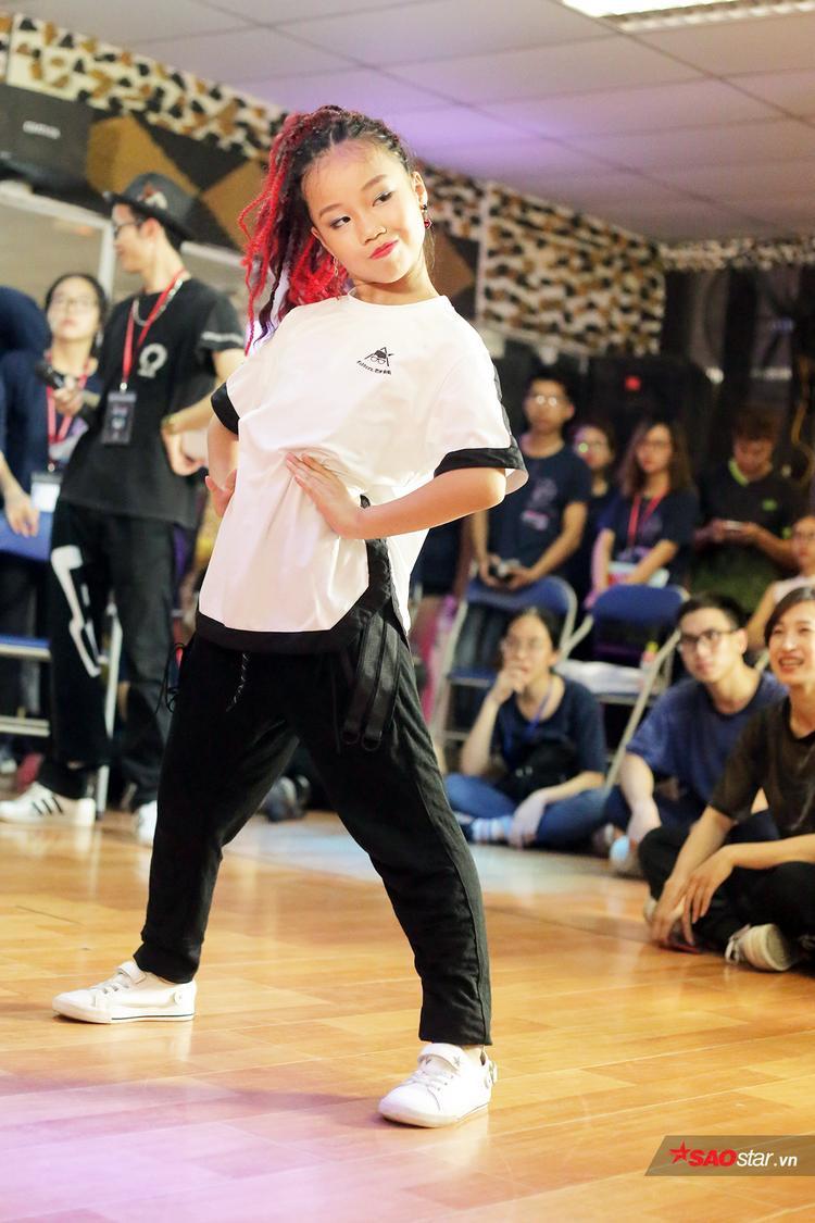 Vũ công nhí này cũng rất yêu thích các bộ môn khoa học và có thể nói thành thạo 3 ngôn ngữ: Việt Nam, Trung Quốc và tiếng Anh. Trong năm 2017, dancer 9 tuổi này đã giành được tới 12 giải thưởng lớn nhỏ ở các cuộc thi khiêu vũ trong nước và quốc tế.