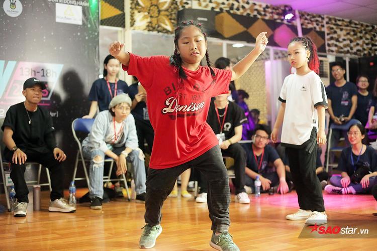 Dancer nhí Trần Phương Nhi (lớp 4A1 trường TH Gia Thượng) có phong cách mạnh mẽ, tomboy với mái tóc tết cầu kỳ ấn tượng. Cô bé đã học nhảy từ khá lâu và đây là lần thứ hai em tham gia một cuộc thi nhảy.