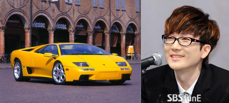"""Ca sỹ Seo Taiji có chiếc Lamborghini Diablo Roadster Yellow. Đây là dòng xe từng được ra mắt năm 1990 nhưng ngừng sản xuất từ năm 2001 và kể từ đó giá thành của nó không ngừng tăng lên. Seo Taiji được cho là đang """"trưng bày"""" chiếc xe này ở phòng khách của mình."""