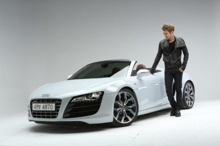 Siwon (Super Junior) sở hữu một chiếc xe mui trần Audi R8 với giá khoảng 120.000 USD.