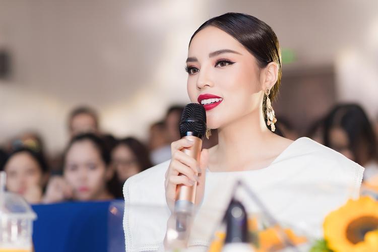 Từ khi đăng quang ngôi vị Hoa hậu 2014, Hoa hậu Kỳ Duyên ngày càng chứng tỏ được sự trưởng thành và bản lĩnh của mình. Cô nàng luôn có một phongcách ănmặc cá tính và nổi bật.