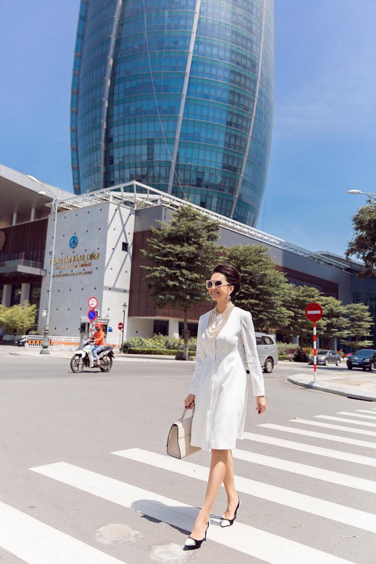 Sắc trắng cùng hàng cúc váy được bố trí ở giữa váy lại mang đến nét trẻ trung cho người mặc.