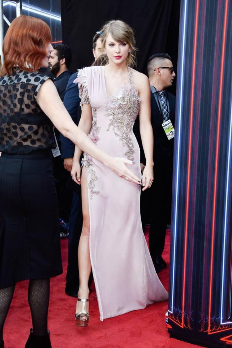 Taylor thu hút toàn bộ sự chú ý khi xuất hiện tại thảm đỏ.