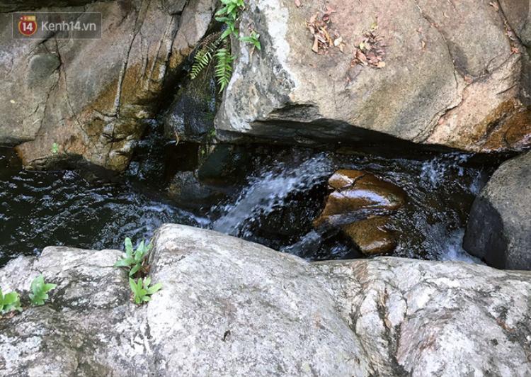 Đường đi ra thác Lao Phào khó khăn, hiểm trở. Rất nhiều nhóm tìm kiếm không thể đi sâu vào. Theo thông tin từ nhóm cứu hộ thì họ tìm thấy Kiện ở 1 trong những tầng thác của Lao Phào. Ảnh: N.T
