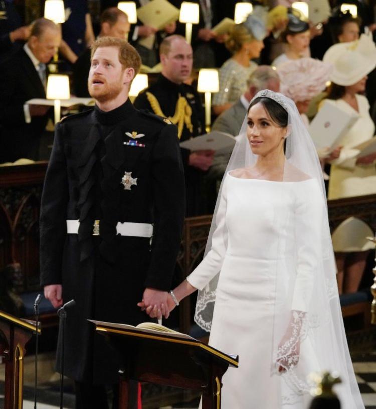 Trong suốt bài thánh ca, Hoàng tử Harry nắm chặt tay Meghan, ngẩng mặt lên trần như để ngăn nước mắt chảy ra.