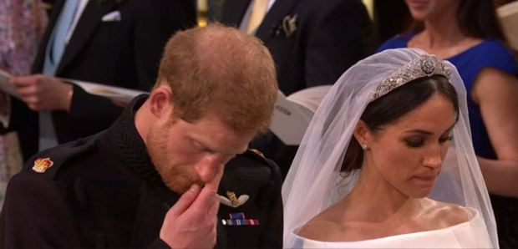Tuy nhiên, dù có làm cách nào đi chăng nữa, Hoàng tử Harry cũng không thể che dấu được cảm xúc đang trỗi dậy trong tim. Nước mắt lăn dài trên má và anh đã đưa tay lau nước mắt khi bài thánh ca kết thúc.