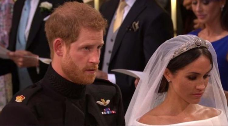 Ngay sau đó, Hoàng tử Harry ngước mặt lên, hít một hơi thật sâu để đè nén cảm xúc trong lòng, ngăn cho nước mắt không chảy ra lần nữa.
