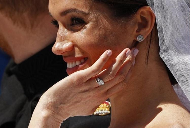 Chiếc nhẫn đính hôn của Meghan.
