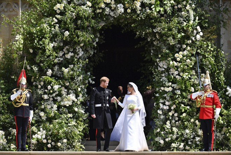 Hoa trắng tràn ngập trong lễ đường.
