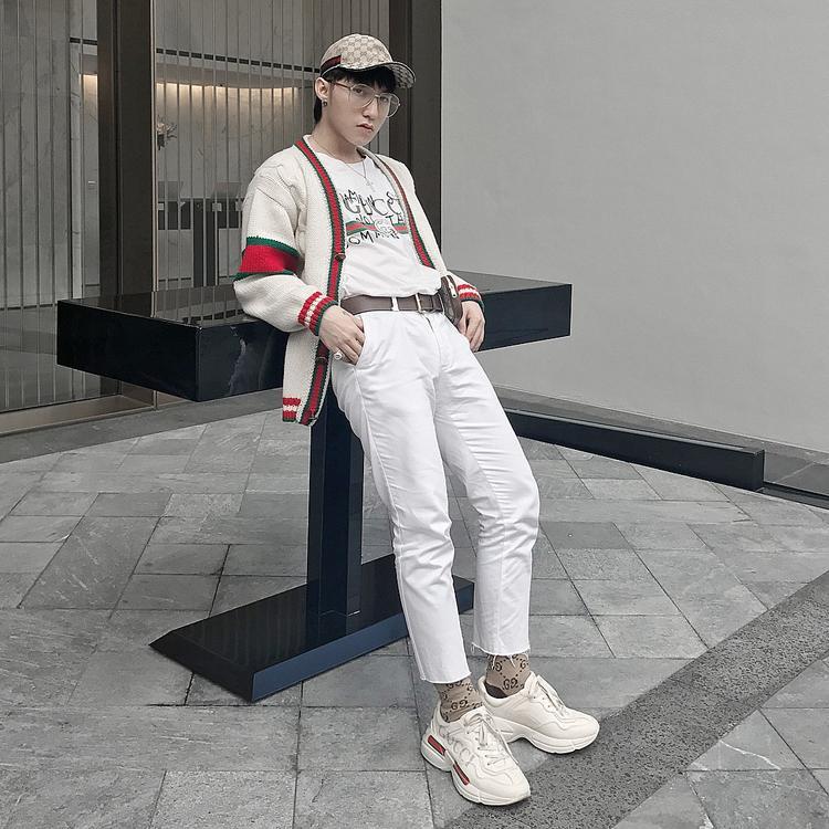 Sơn Tùng mặc cardigan siêu hiền lành, còn đeo thêm cặp kính tròn trong suốt đúng chất nam thần soái ca.
