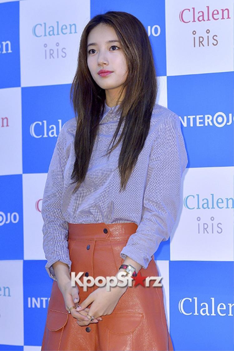 Suzy phủ phấn trắng lên tay để cùng tông với gương mặt nhưng lại quên mất vùng da tối màu ở cổ.