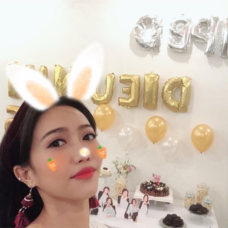 Diệu Nhi nhí nhảnh đeo tai thỏ chụp ảnh.