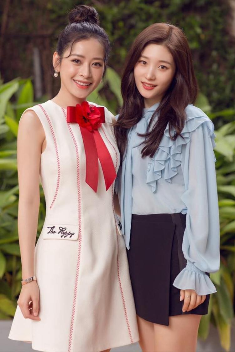 """Chi Pu và Chae Yeon (DIA) có thời gian đồng hành cùng nhau và trở nên thân thiết khi tham gia bộ phim Lala: Hãy để em yêu anh.Khi đứng cạnh """"nữ thần"""" thế hệ mới của Hàn Quốc, nữ diễn viên sinh năm 1993 chứng tỏ sức hút và hoàn toàn không hề kém cạnh người đẹp xứ kim chi."""
