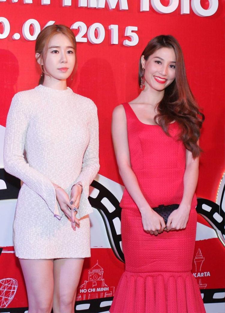 Diễm My đọ dáng bên nữ diễn viên gợi cảm Yoo In Na trong một sự kiện vào năm 2015. Nụ cười rạng rỡ cùng chiếc đầm đỏ nổi bật giúp diễn viên Gái già lắm chiêu thu hút mọi sự chú ý của ống kính máy ảnh.