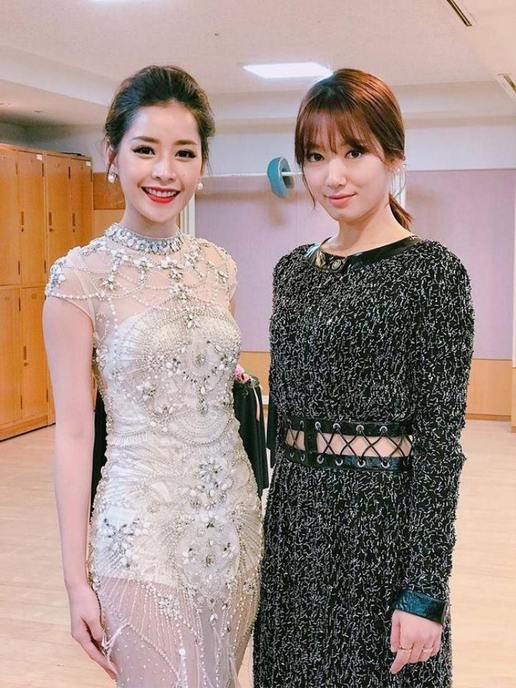 Chi Pu và Park Shin Hye có dịp gặp gỡ khi giọng ca Từ hôm nay đến Hàn Quốc tham dự lễ trao giải Asia Artist Award (AAA) 2016. Trong cùng khung hình, có thể thấy với vẻ ngoài rạng rỡ cùng phong cách trang điểm nổi bật, người đẹp Viêt Nam có phần lấn lướt nữ diễn viên Doctors.