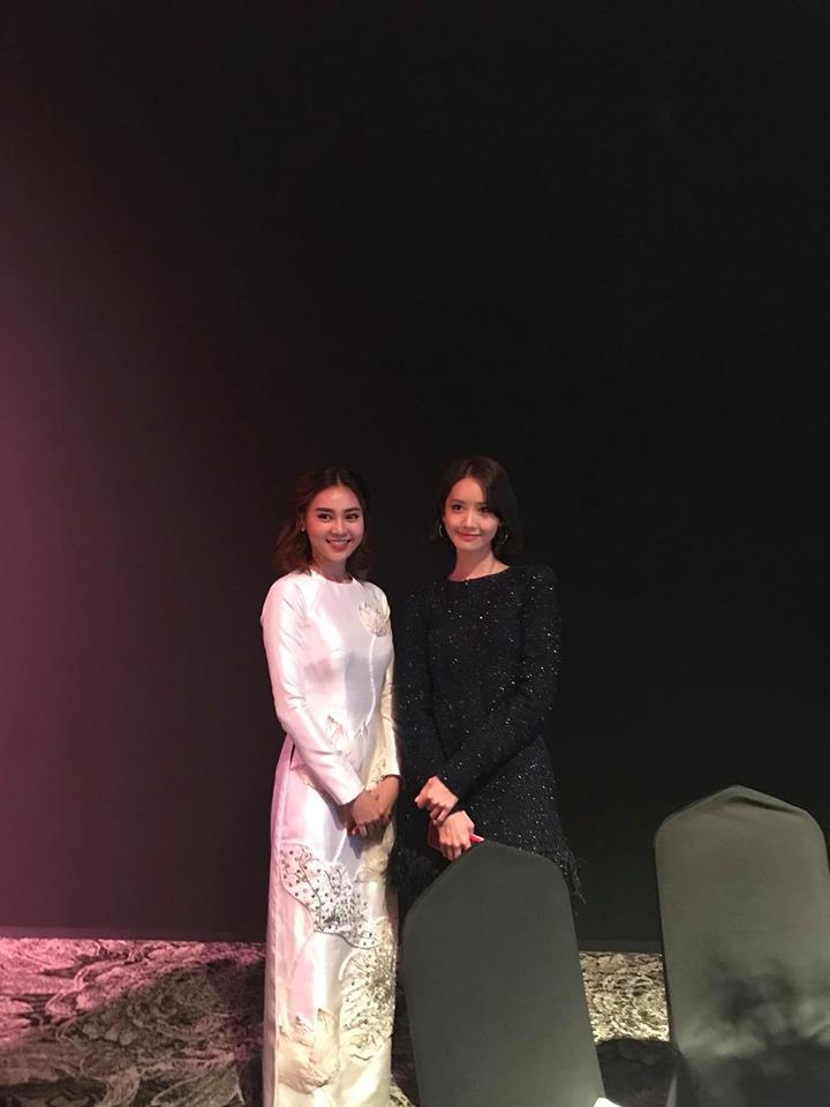 Cũng tại sự kiện, Lan Ngọc cũng có dịp gặp gỡ và chụp ảnh cùng một trong những mỹ nhân hàng đầu Hàn Quốc - Yoona. Nếu thành viên SNSD đẹp dịu dàng trong trang phục đen lấp lánh thì nữ diễn viên Việt Nam cũng không hề kém cạnh với vẻ ngoài xinh đẹp, thướt tha.