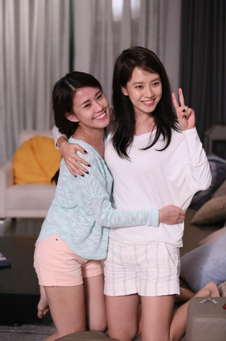 """Ngọc Thảo và Song Ji Hyo có dịp hợp tác trong một bộ phim quảng cáo cách đây 3 năm. Khi đứng cạnh đàn chị hơn 9 tuổi, người đẹp Việt Nam vô cùng tươi tắn nhưng so về nhan sắc, """"mợ Ngố"""" có phần lấn lướt hơn dù đã xấp xỉ 40."""
