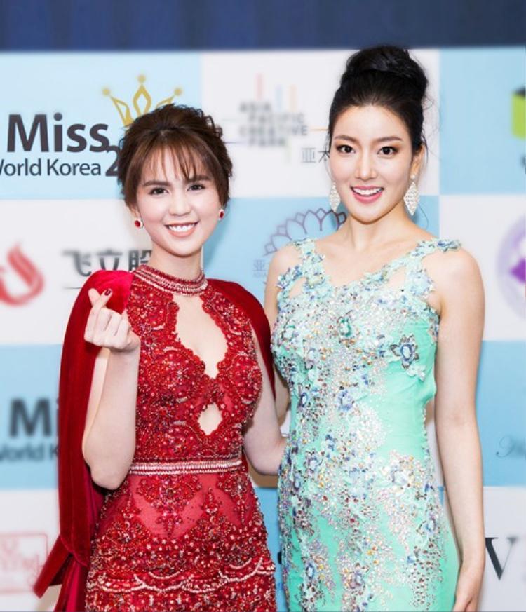 """Ngọc Trinh trẻ trung đọ sắc cùng Hoa hậu Hàn Quốc 2015.Có thể thấy, dù có phần hạn chế về chiều cao, """"nữ hoàng nội y"""" vẫn trông vô cùng nổi bật khi đứng cạnh nhan sắc hàng đầu đến từ xứ kim chi."""