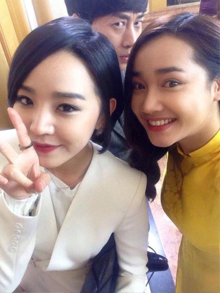 """Nhã Phương và Shin Hye Sun trở nên thân thiết khi cả hai cùng góp mặt trong bộ phim Tuổi thanh xuân. Vẻ ngoài rạng rỡ cùng nụ cười tươi rói của nữ diễn viên sinh năm 1990 không hề """"lép vế"""" so với người đẹp Hàn Quốc."""