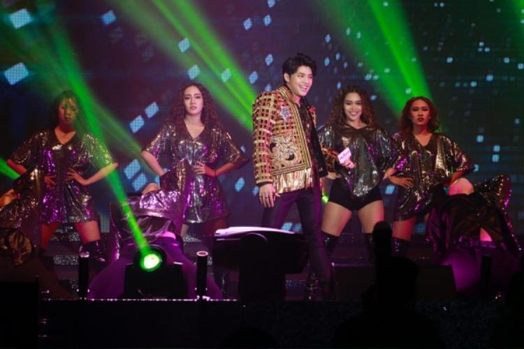 Nam ca sĩ xuất hiện tại đêm nhạc trong trang phục cá tính.