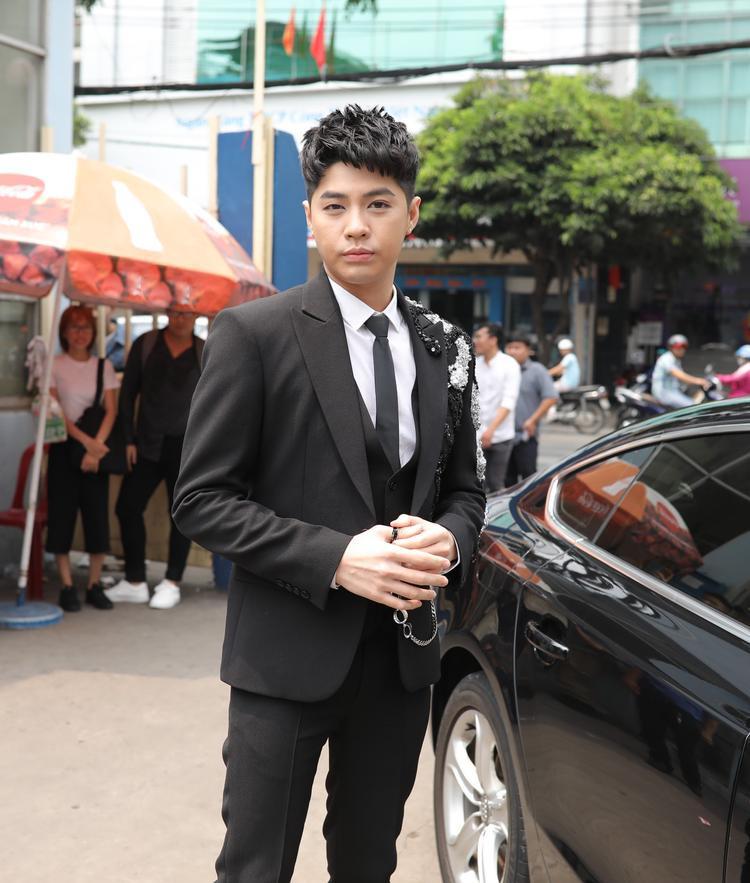 """Trong tập đầu phát sóng, Noo Phước Thịnh diện vest đen """"bảnh tỏn""""."""