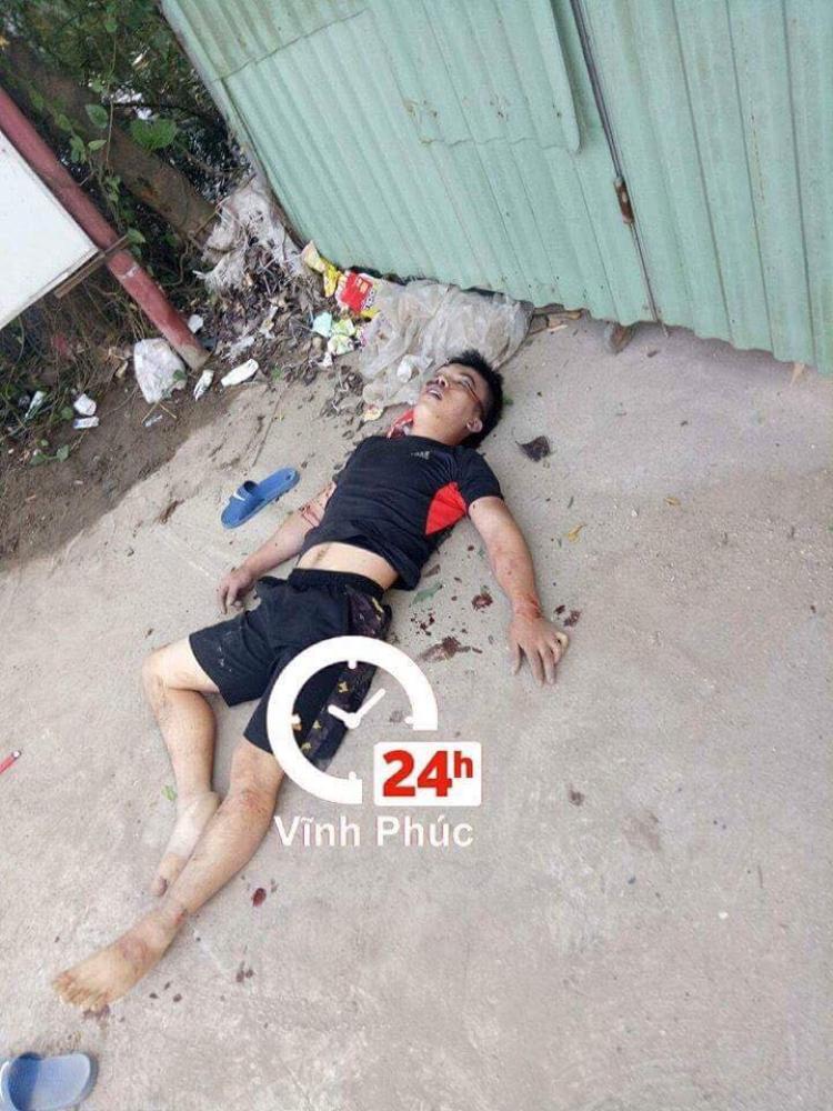 Người đàn ông bàng hoàng phát hiện 2 thanh niên thương vong trước nhà.Ảnh: Vĩnh Phúc 24h