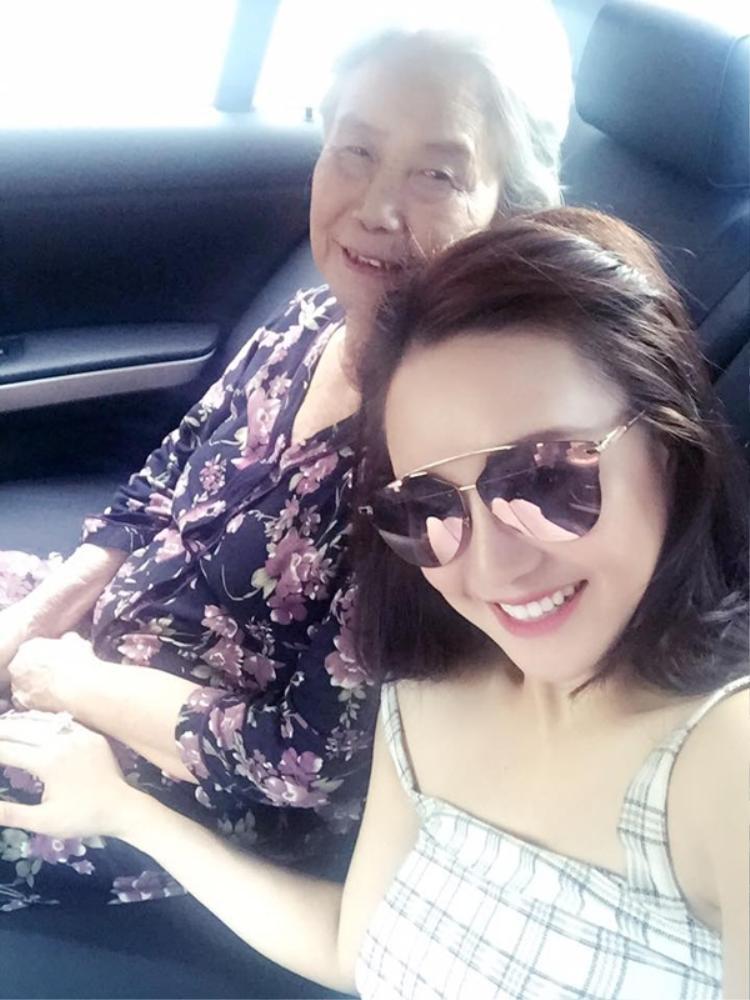 Vy Oanh thường xuyên chia sẻ ảnh cùng mẹ lên trang cá nhân.