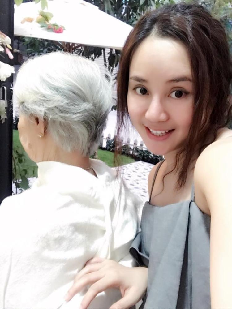 Nữ ca sĩ khoe khoảnh khắc mẹ vừa cắt tóc. Cả hai rất thân thiết và gần gũi dù Vy Oanh thường xuyên xa nhà vì công việc bận rộn.
