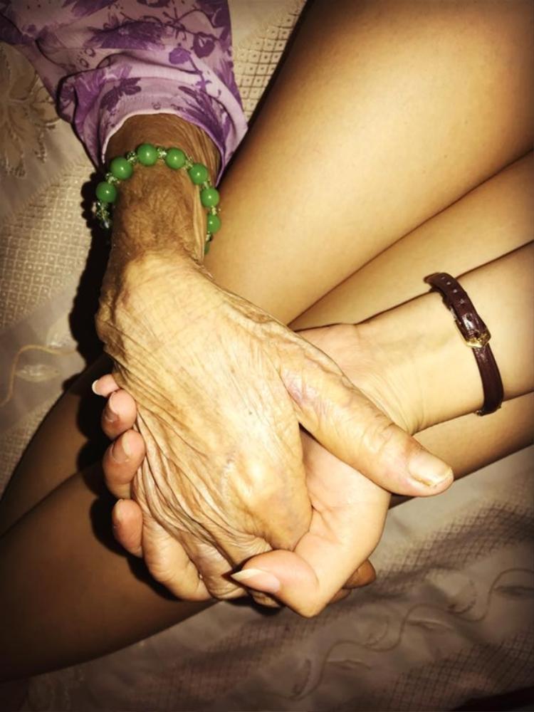 """Cô nắm chặt tay đấng sinh thành chia sẻ: """"Bàn tay mẹ vì chúng con. Từ tay mẹ con lớn khôn…"""""""