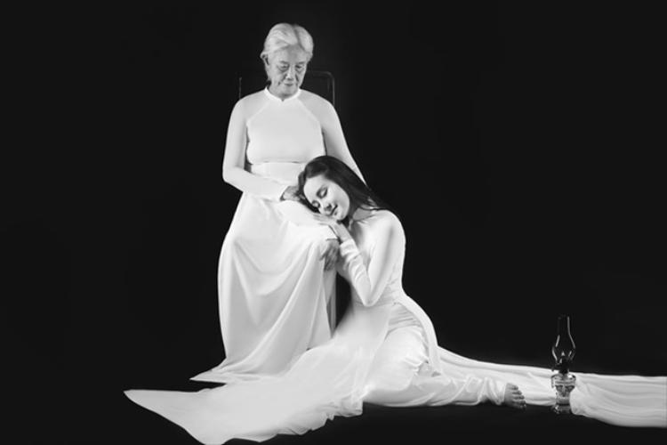 Hai mẹ con chụp bộ hình kỷ niệm nhân lễ Vu Lan 2017.