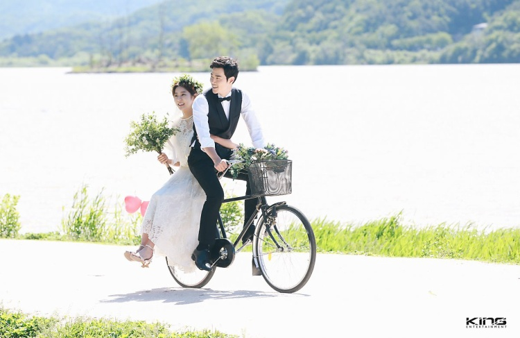 Bất ngờ trước bộ ảnh cưới cổ tích đẹp mê hồn của UEE và Kim Kang Woo, nhìn là muốn kết hôn