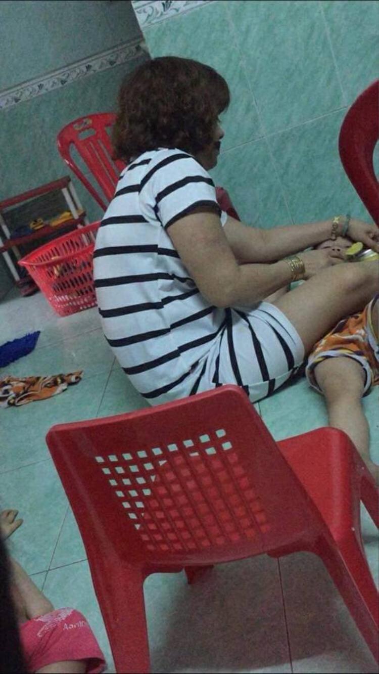 Xuất hiện clip bảo mẫu bắt trẻ cởi trần nằm dưới sàn nhà vừa cho ăn vừa thẳng tay tát vào mặt gây phẫn nộ