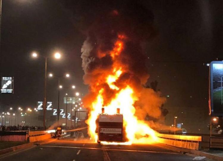 Ngọn lửa thiêu rụi hoàn toàn chiếc xe buýt.