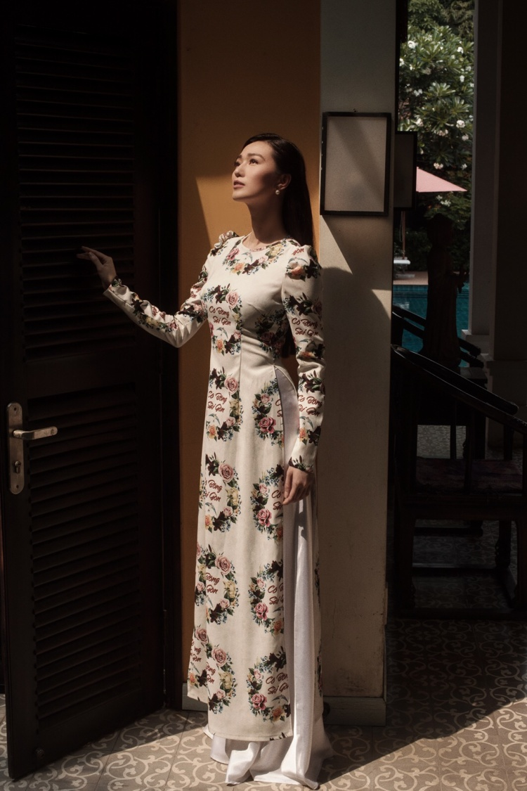 Người đẹp biến tấu với tà áo dài theo hình tượng phụ nữ Sài Gòn xưa.
