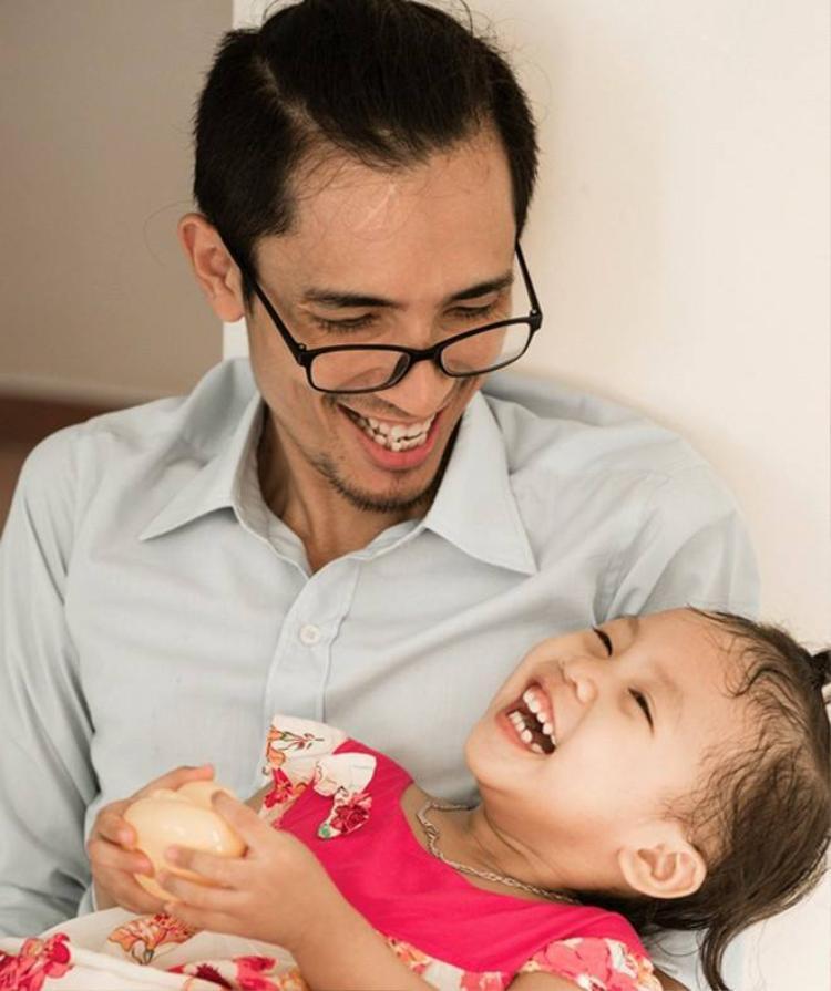 Vừa làm cha vừa làm mẹ, Tuấn bắt đầu học cách thay tã, cho con ăn và mang túi trữ sữa đi xin sữa cho con, bất kể nắng mưa.