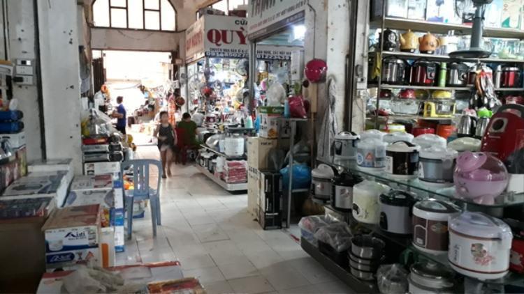 Bị nhóm phụ nữ quấy rối, đa số tiểu thương ở nhà 1, tầng 1, chợ Đông Hà đều buôn bán ế ẩm và tỏ ra bức xúc. Ảnh: NV.