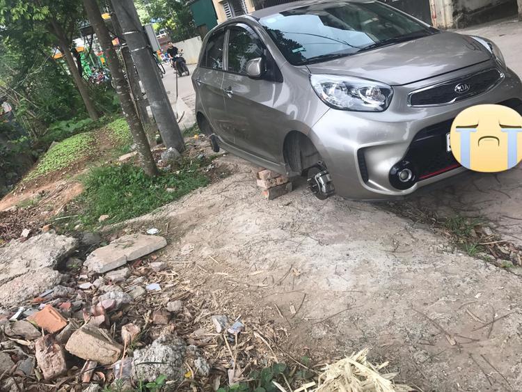 Chiếc ô tô bị mất trộm 2 bánh.