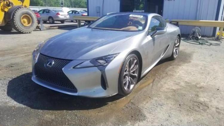 Chiếc Lexus được rao bán nhìn như mới. Dĩ nhiên là bạn khó có thể thấy rõ những hư hại thông qua những hình ảnh không quá chi tiết như thế này.