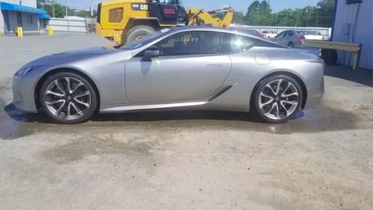 """Khi """"tậu"""" chiếc Luxus dính mưa đá này, nhiều khả năng bạn sẽ phải xử lý những vết mốp trên xe, khắc phục các phần cửa có thể bị nứt vỡ đồng thời sơn lại ngoại thất."""