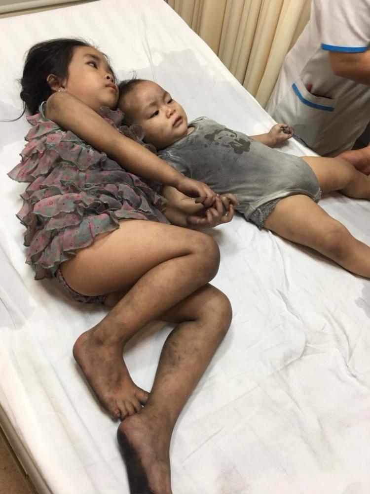 Hai đứa con may mắn thoát chết nhờ lời cầu cứu của người mẹ trẻ.