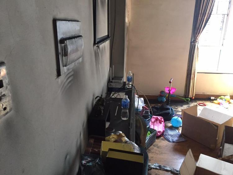 Căn nhà bị cháy xém, ám khói,… dù ở tầng cao nhất của chung cư.