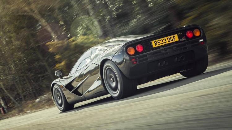 McLaren F1 (386,24 km/h): Dòng xe đường phố đầu tiên của McLaren ngay lập tức thu hút được sự chú ý với khả năng vận hành mạnh mẽ. Có nhiều bộ phận được cấu thành từ những chất liệu nhu trên xe đua cùng với đó là động cơ BMW V12 với công suốt tối đa 627 mã lực, McLaren F1 có thể đạt bận tốc đối đa 386,24 km/h.