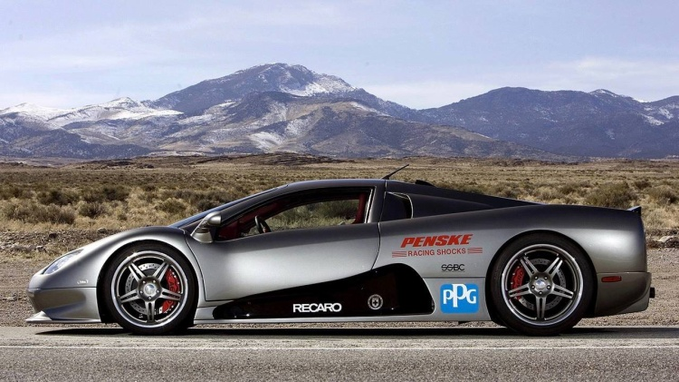 SSC Ultimate Aero (412,15 km/h): Trở lại thời điểm năm 2007, SSC Ultimate Aero là chiếc xe nhanh nhất trên thế giới, hạn bệ thành tích của chiếc Bugatti Veyron với thành tích chỉ nhỉnh hơn đôi chút là 412,15 km/h. Xe được trang bị động cơ V8 6,4L cùng công suất tối đa 1.183 mã lực ở bánh sau. Và có thể bạn không tin nhưng chiếc xe này không có hệ thống bó cứng phanh ABS hay hệ thống kiểm soát độ bám đường.