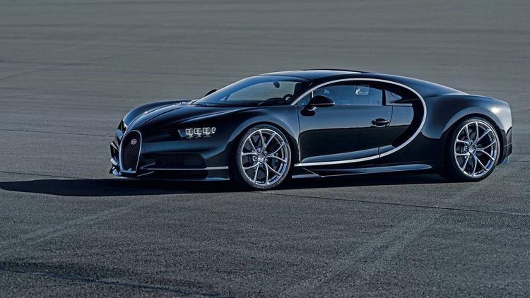 Bugatti Chiron (420 km/h): Với động cơ cho công suất tối đa 1.479 mã lực, Bugatti Chiron có thể đạt tốc độ tối đa 420 km/h.