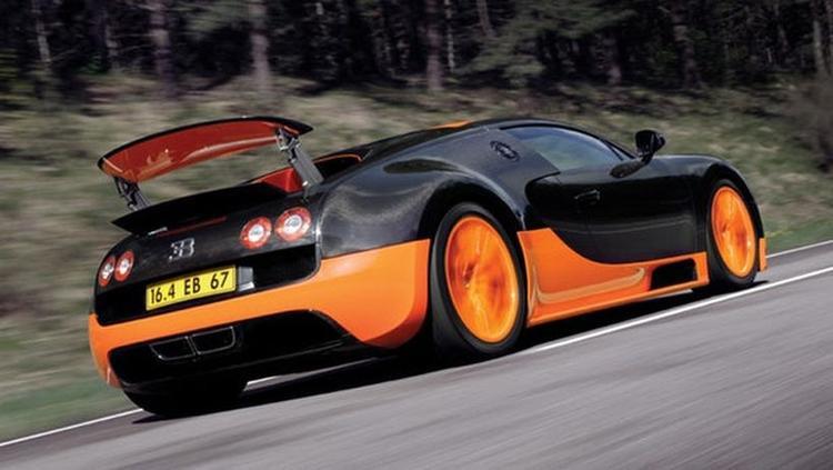Bugatti Veyron Super Sport (431,3 km/h): Bugatti Veyron Super Sport là chiếc xe có tốc độ cao nhất Bugatti từng sản xuất. Ở phiên bản thử nghiệm, chiếc xe này có thể đạt đến tốc độ 431,3 km/h. Tuy nhiên thành tích này gây ra khá nhiều tranh cãi bởi phiên bản sản xuất của nó được tích hợp sẵn một bộ giới hạn tốc độ điện tử để đảm bảo an toàn.