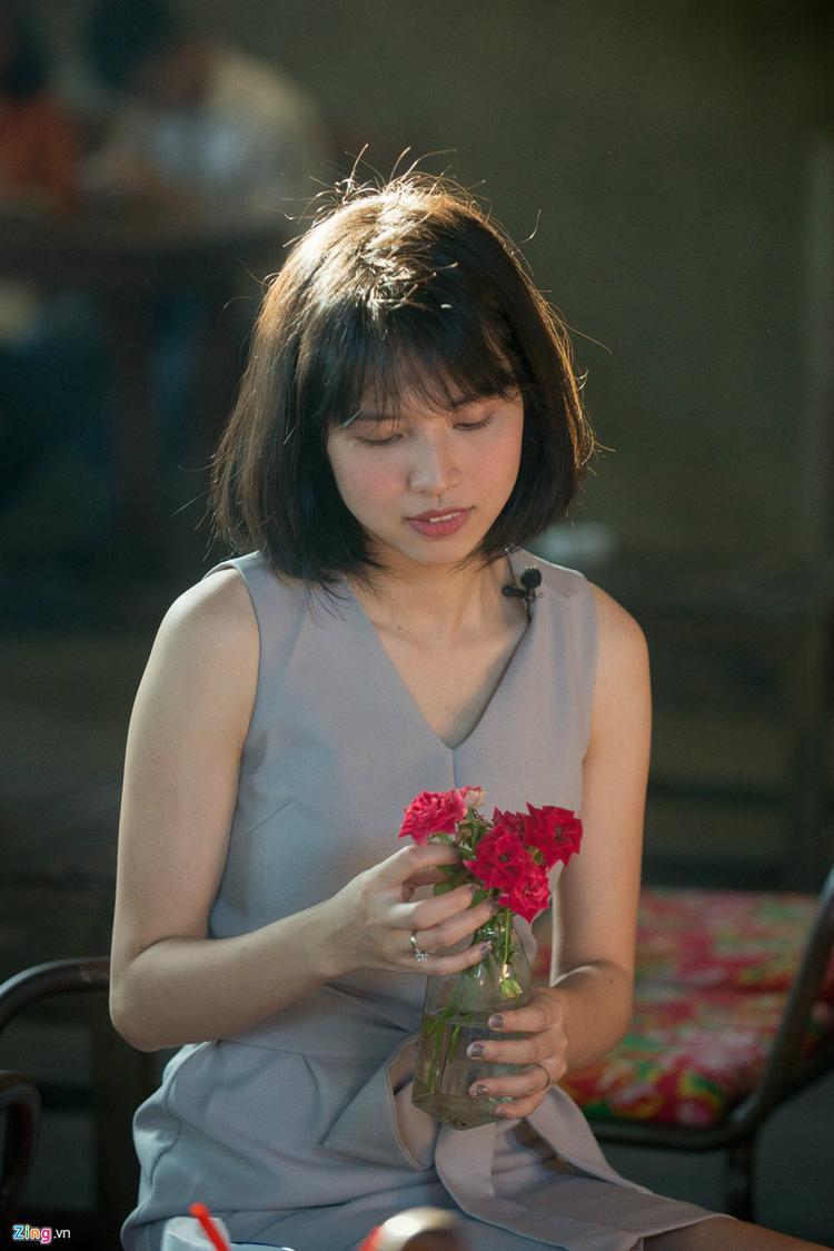 Hồng Nhung thành thạo tiếng Anh, có thể giao tiếp bằng tiếng Trung và biết tiếng Pháp.