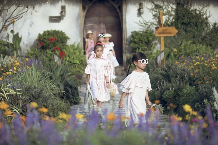 Mùa trước, sàn runway với hình ảnh khu vườn, hòa lẫn cùng thiên nhiên đã khiến khán giả lẫn các người mẫu, phụ huynh thích thú, gây được tiếng vang trong giới mộ điệu.